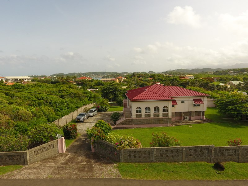 Impressive home on flat user-friendly grounds located at the prestigious Lance aux Epines neighbourhood.