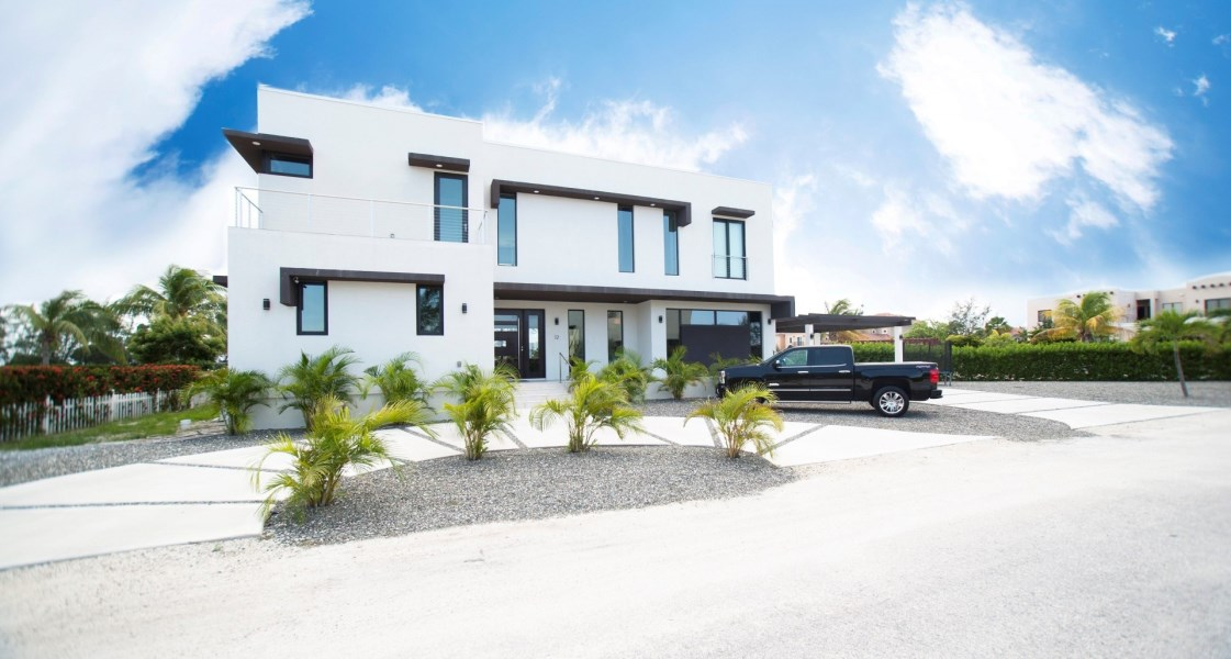 RE/MAX real estate, Cayman Islands, W Bay Bch North, Freehold - Welcome home to this