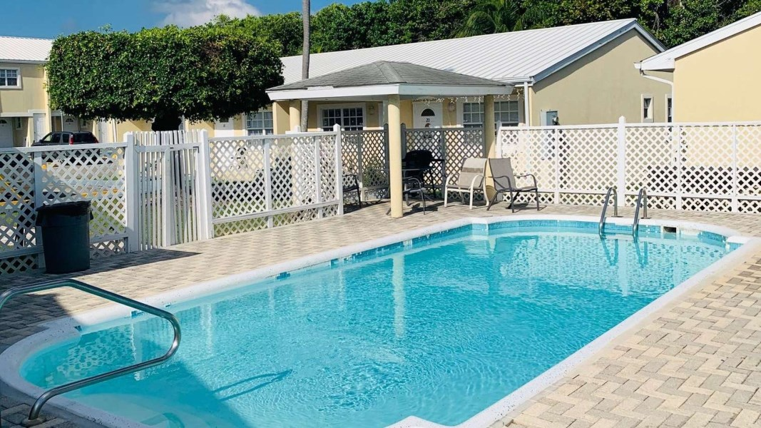 RE/MAX real estate, Cayman Islands, George Town Centr, Freehold - SUPERB LOCATION! Thi