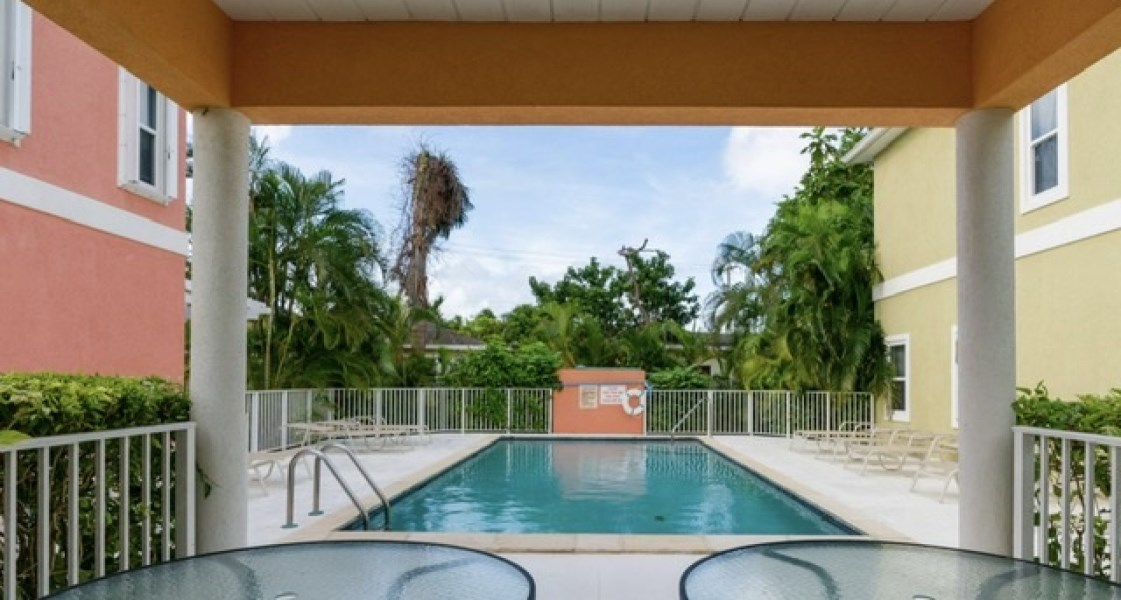 RE/MAX real estate, Cayman Islands, South Sound, Freehold - This spacious 1BED/1