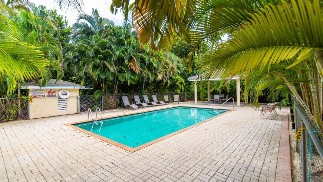 RE/MAX real estate, Cayman Islands, George Town South, Leasehold - Clean, bright condo