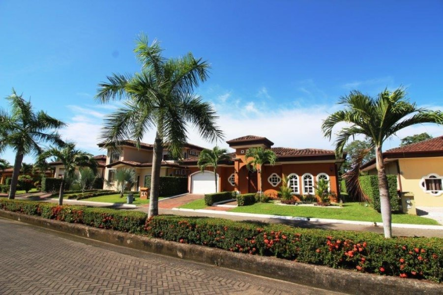 Remax real estate, Costa Rica, Bejuco, CASA LINDA. Walk to the beach at Playa Bejuco, gated community, 3 bdrms, new condition