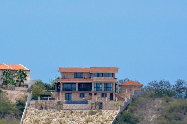 RE/MAX real estate, Curacao, Blue Bay Golf & Beach Resort, Blue Bay - Luxurious 5-bedroom villa in Golf & Beach Resort