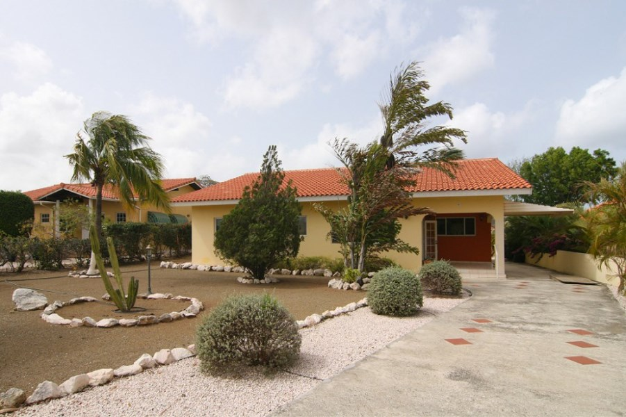 RE/MAX real estate, Curacao, Blue Bay Golf & Beach Resort, Blue Bay Resort: 3 bedroom property for sale with tropical garden