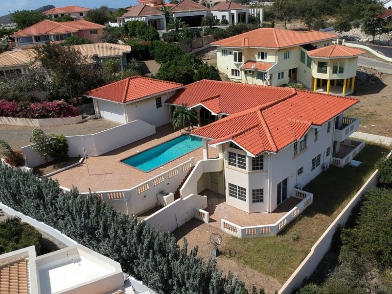 RE/MAX real estate, Curacao, Blue Bay Golf & Beach Resort, Blue Bay BT-21 - Spacious villa with swimming pool and gorgeous views