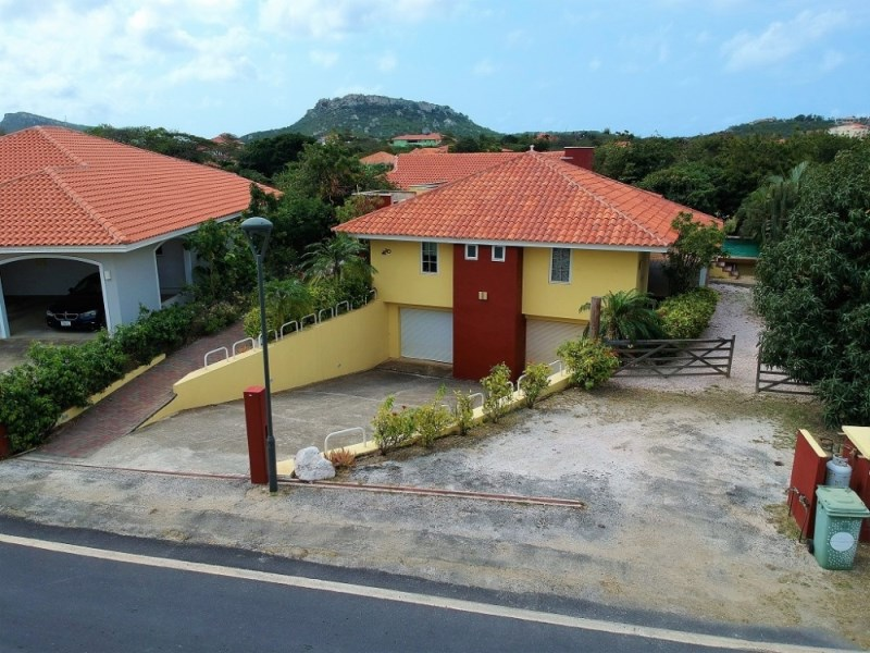 RE/MAX real estate, Curacao, Blue Bay Golf & Beach Resort, Blue Bay BL-10: Villa with 5 bedrooms, pool and a double garage