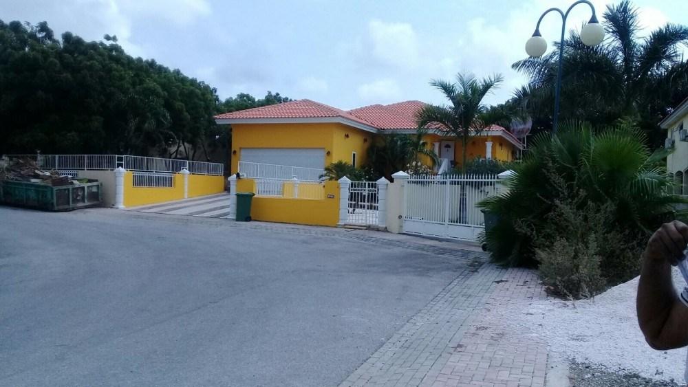 RE/MAX real estate, Curacao, Zuurzak, Villa with garage located on 24/7 secured resort Villapark Zuurzak