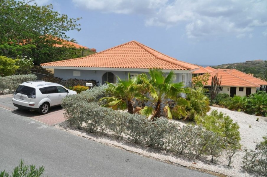 RE/MAX real estate, Curacao, Blue Bay, Blue Bay Resort - Spacious tropical villa situated in the P-section