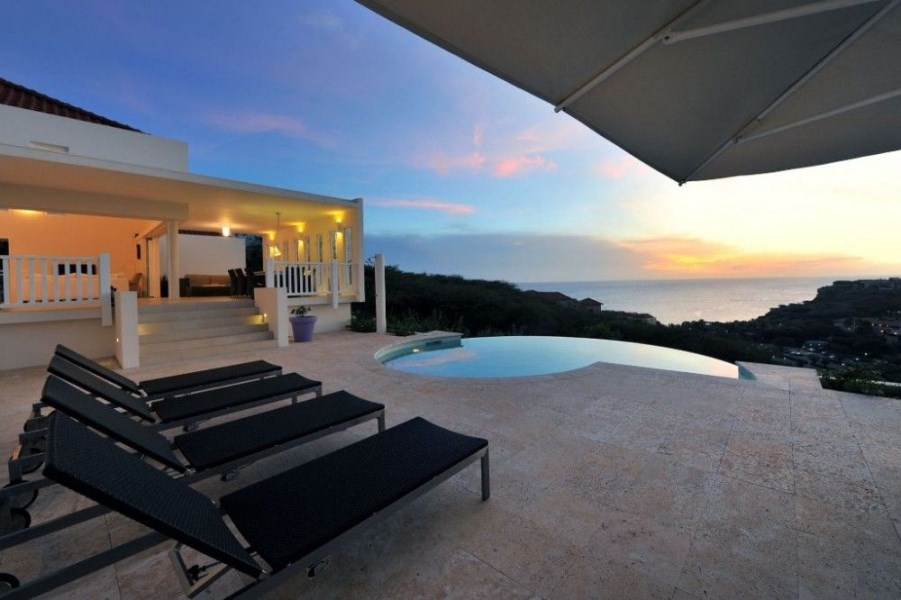 RE/MAX real estate, Curacao, Blue Bay Golf & Beach Resort, Blue Bay BT-40 -Modern and fully furnished villa with spectacular view