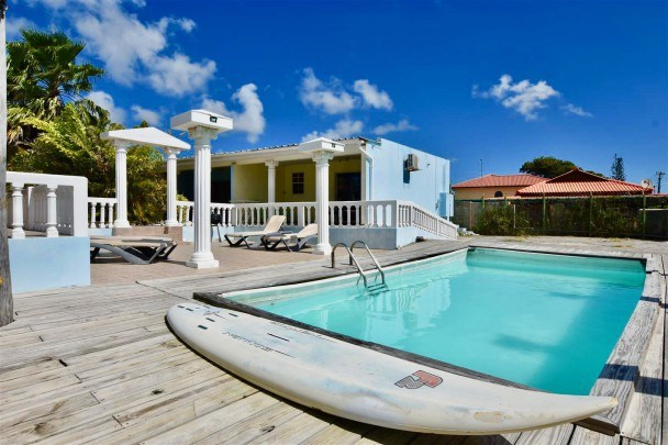 RE/MAX real estate, Curacao, Janwe, Janwe – Apartment complex with pool for sale – great for investment!