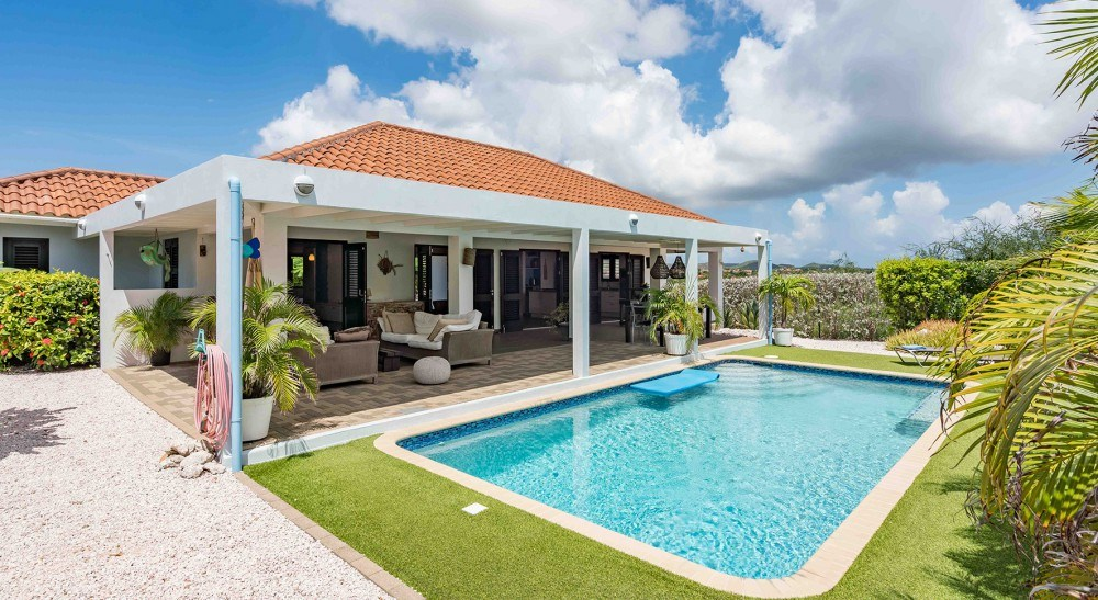 RE/MAX real estate, Curacao, Blue Bay, Blue Bay Resort BR49 - Villa with swimming pool and Tropical garden
