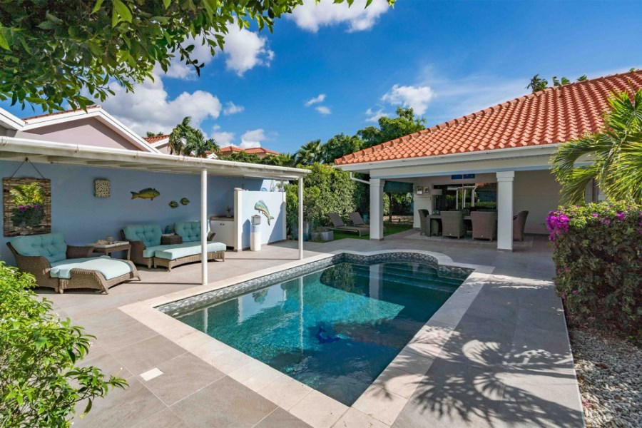 RE/MAX real estate, Curacao, Blue Bay, Blue Bay - Furnished house with pool on gated resort