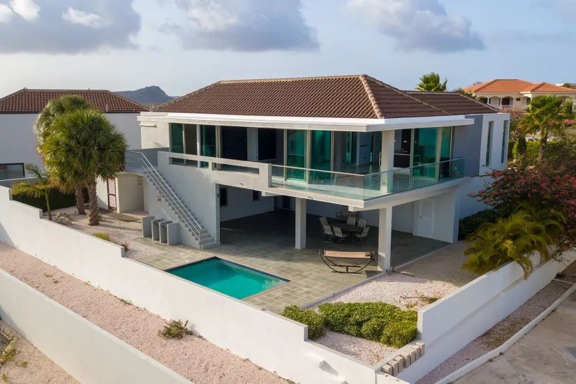 RE/MAX real estate, Curacao, Blue Bay, Blue Bay- Beautiful modern villa with pool and spectacular ocean views