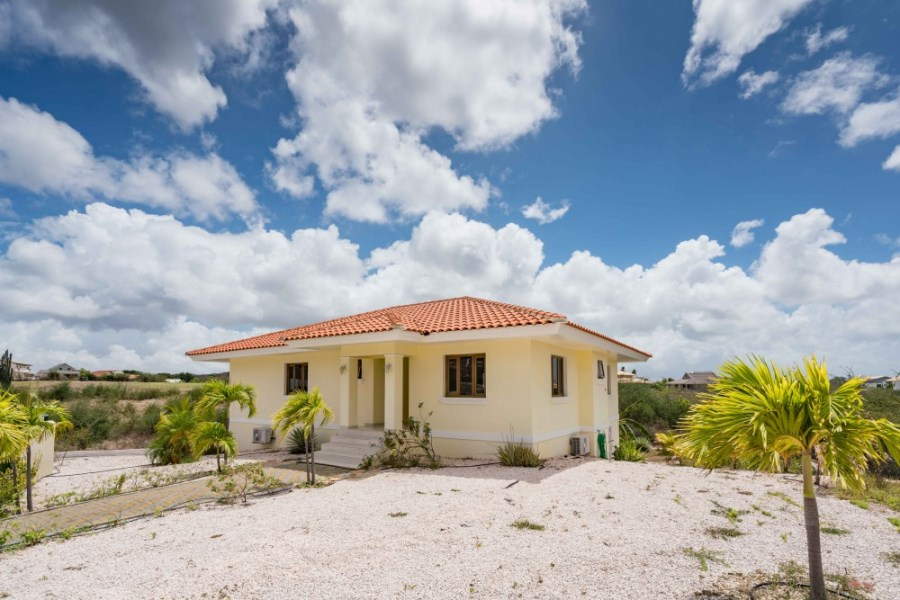 RE/MAX real estate, Curacao, Blue Bay, Blue Bay - Spacious 3-bedroom house with 1-bedroom apartment for rent