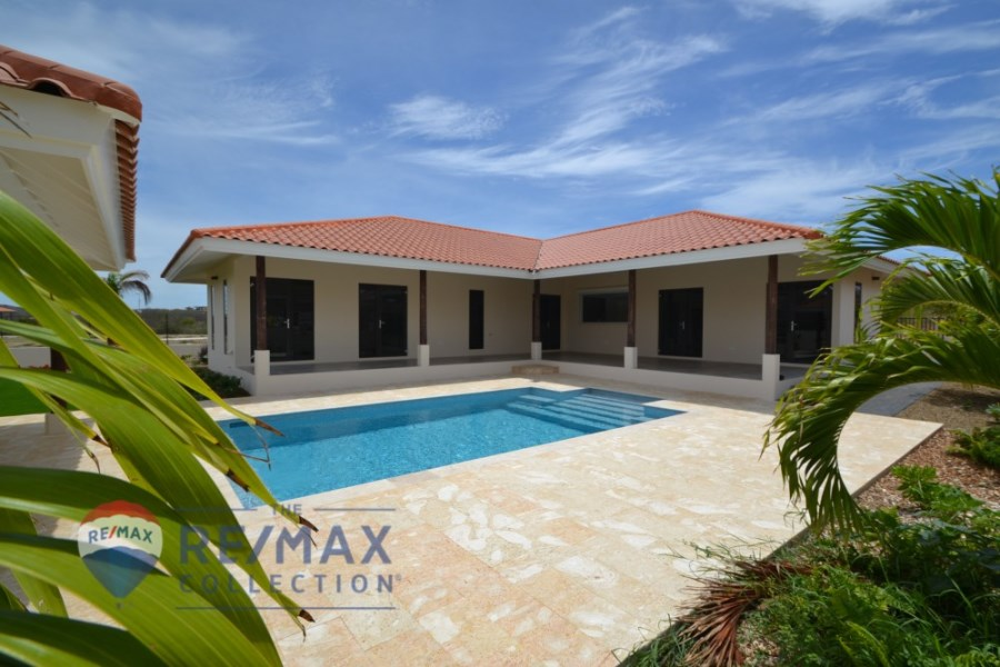 RE/MAX real estate, Curacao, Zuurzak, Villapark Zuurzak - Luxurious villa for sale with pool in gated resort