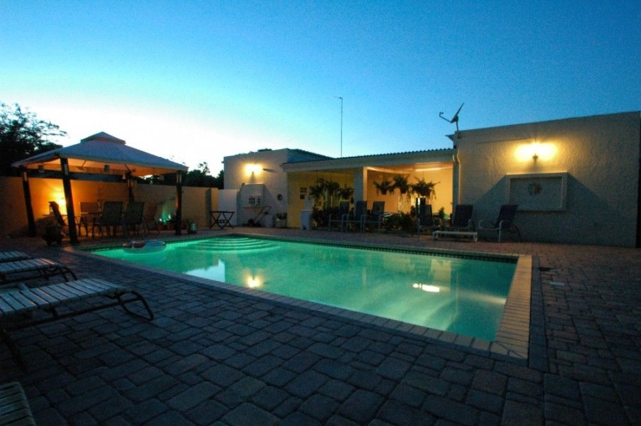 RE/MAX real estate, Curacao, Biesheuvel, Snipweg: Centrally located villa for sale - 4 bedrooms and nice pool