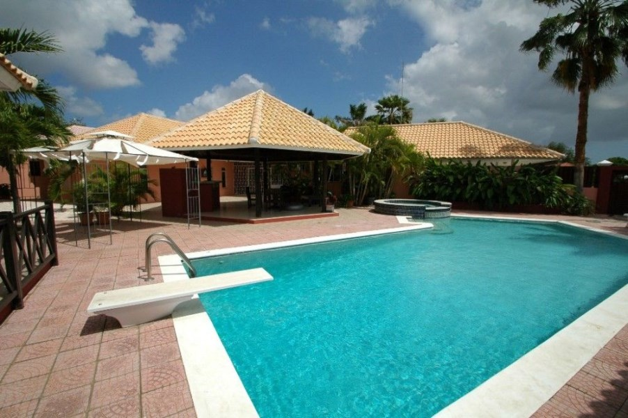 RE/MAX real estate, Curacao, Julianadorp, Julianadorp-Spacious & fully renovated Caribbean style villa with pool