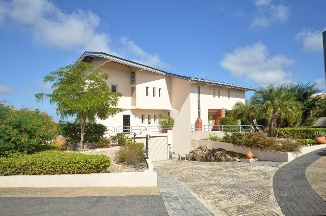 RE/MAX real estate, Curacao, Vredenberg, Willemstad:  centrally located home for sale with sea view!