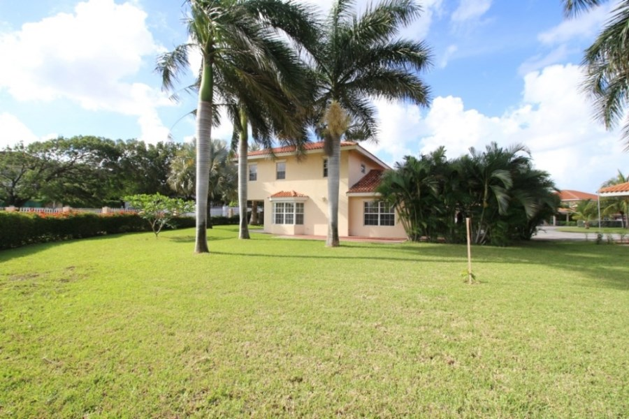 RE/MAX real estate, Curacao, Julianadorp, Beautiful villa on spacious lot in Juliana Residence, resort with pool