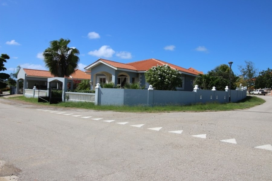 RE/MAX real estate, Curacao, Blue Bay Golf & Beach Resort, Spacious house with private pool located on a corner in Blue Bay