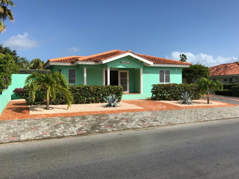 RE/MAX real estate, Curacao, Jan Thiel, Marbella Estate D1: Beautiful villa in gated community with pool