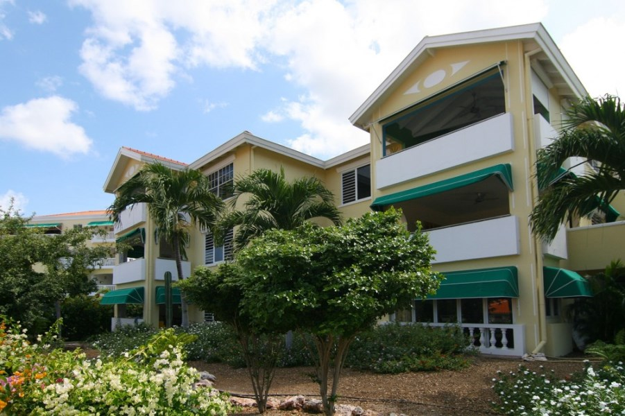 RE/MAX real estate, Curacao, Blue Bay Golf & Beach Resort, Curacao: completely renovated apartment with garage and pool for sale