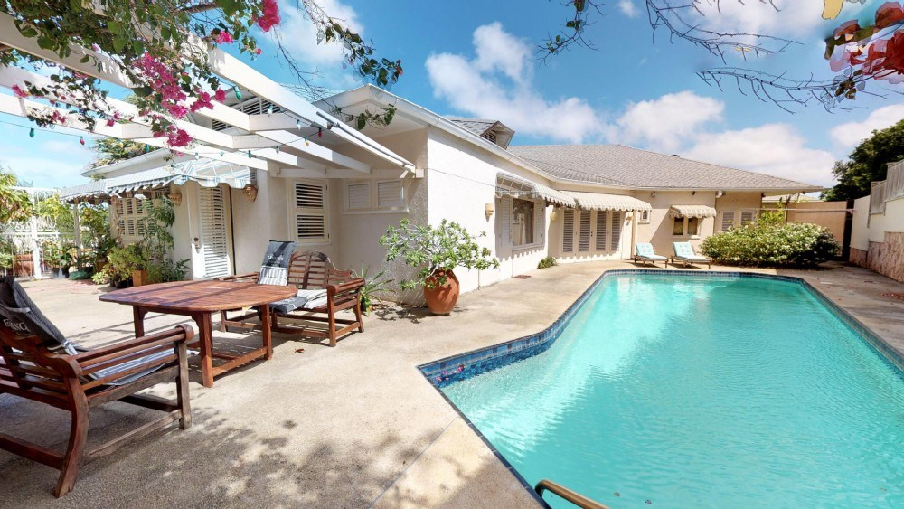 RE/MAX real estate, Curacao, Salinja, Wonderful classical villa in the center of Willemstad with pool
