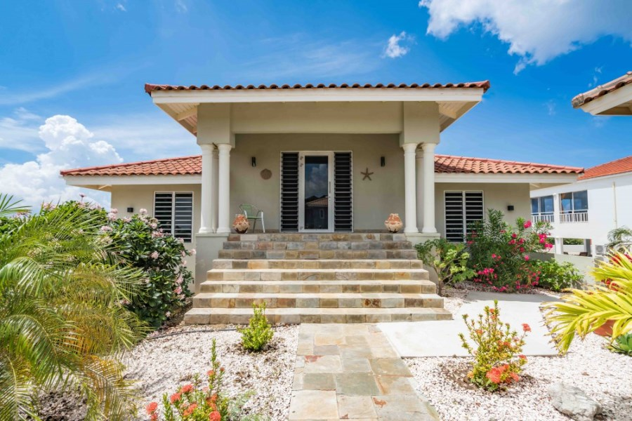 RE/MAX real estate, Curacao, Blue Bay, Blue Bay BT-13: Spacious sea view villa with 6 bedrooms.