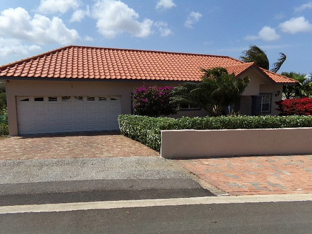 RE/MAX real estate, Curacao, Blue Bay, Blue Bay Resort: Rare split level home backing onto golf course!