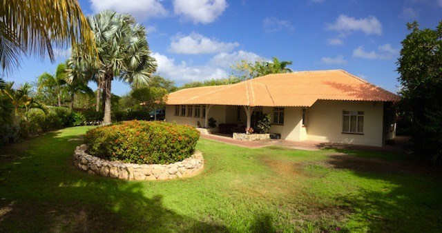 RE/MAX real estate, Curacao, Julianadorp, Binnenweg 4 - Tropical villa with beautiful garden