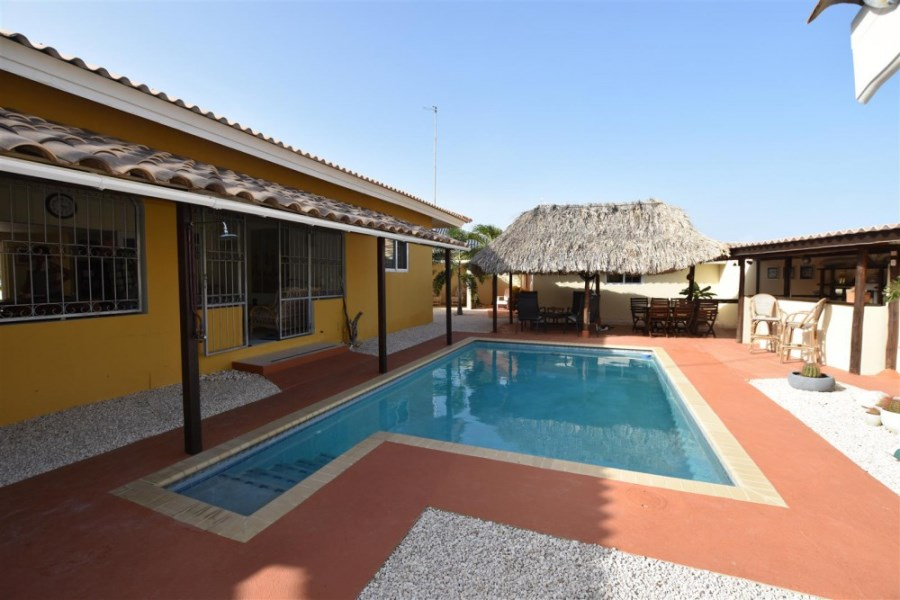 RE/MAX real estate, Curacao, Santa Catharina, The Pearl - Home with 2 apartments and swimming pool for sale