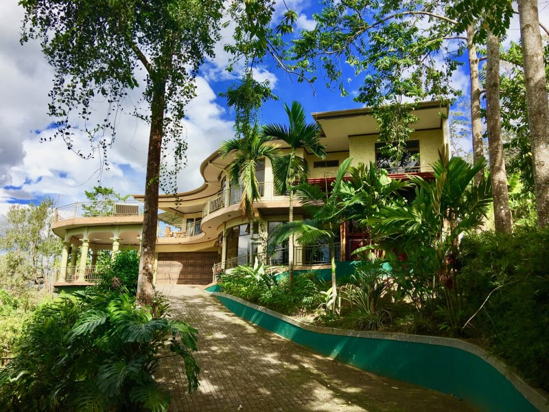 Remax real estate, Costa Rica, Atenas, This modern style home is located in a quiet and wooded area of Atenas. T