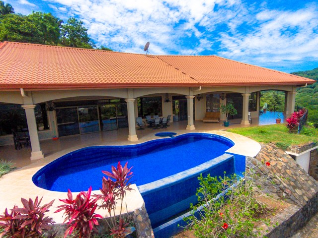 Remax real estate, Costa Rica, Atenas, A Luxury Lifestyle  with 5 added casitas