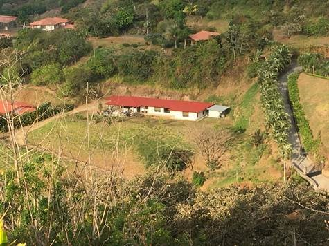 Remax real estate, Costa Rica, Atenas, Spacious yard with view of Atenas