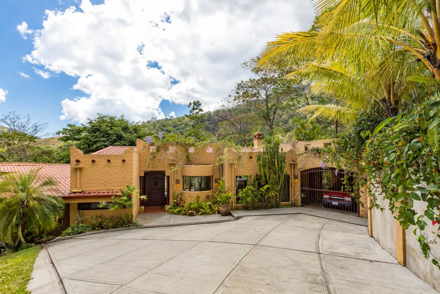 Remax real estate, Costa Rica, Puriscal, REDUCED PRICE- Retreat to this fully furnished  home nestled in the mountains