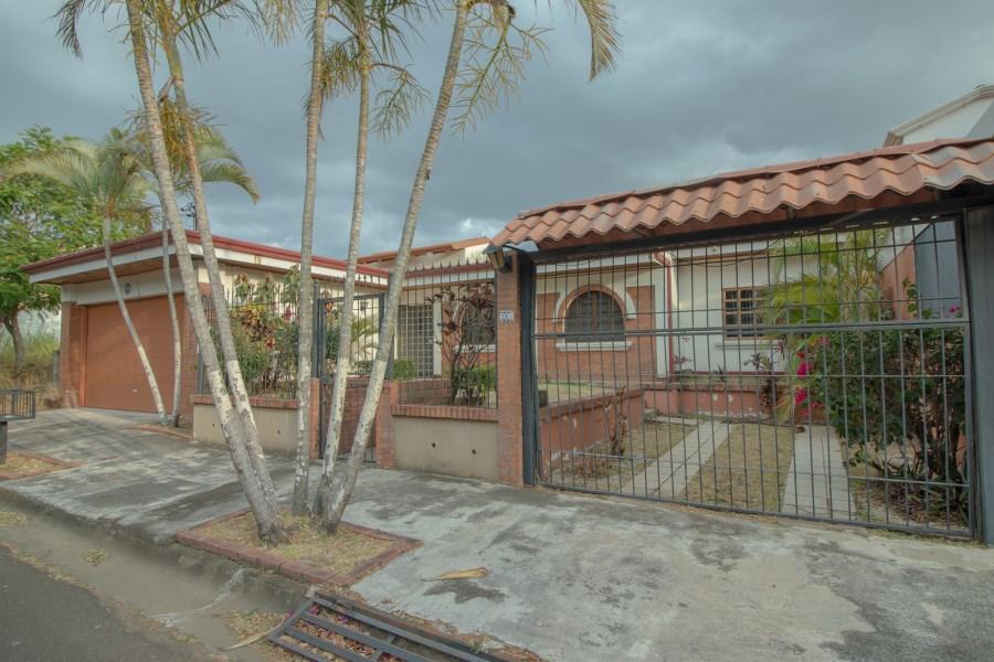 Remax real estate, Costa Rica, Belén - La Asunción de Belén - Barrio Bosques de D, Eclectic 4 bedroom home in the heart of Bosques de Doña Rosa, Cariari