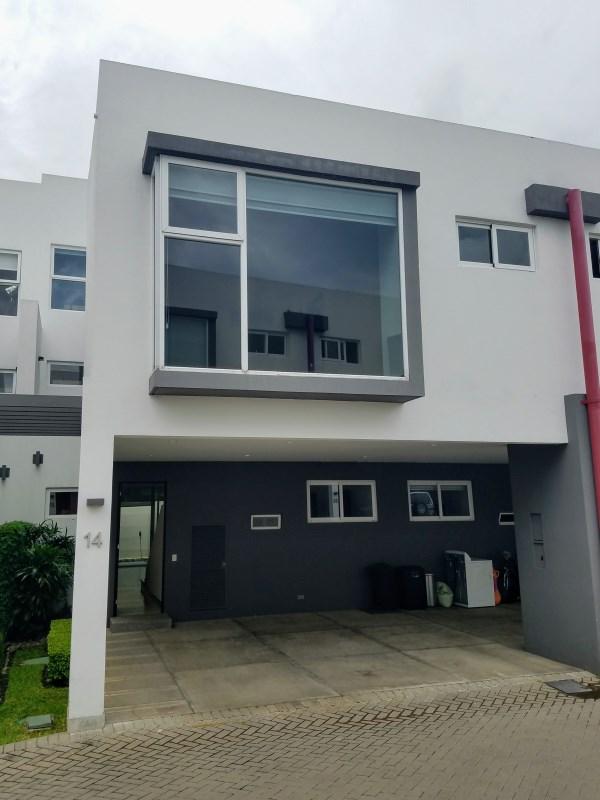 Remax real estate, Costa Rica, Escazú - San Rafael de Escazú, Contemporary house in condominium with excellent location, ideal for foreign executives, looking for 4 bedrooms!