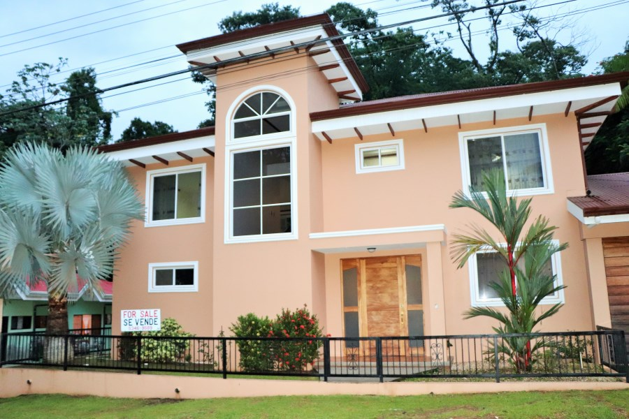 Remax real estate, Costa Rica, Uvita, THE LOCATION WAS TOO SPECIAL TO BUILD THE ORDINARY, Three bedrooms Family house