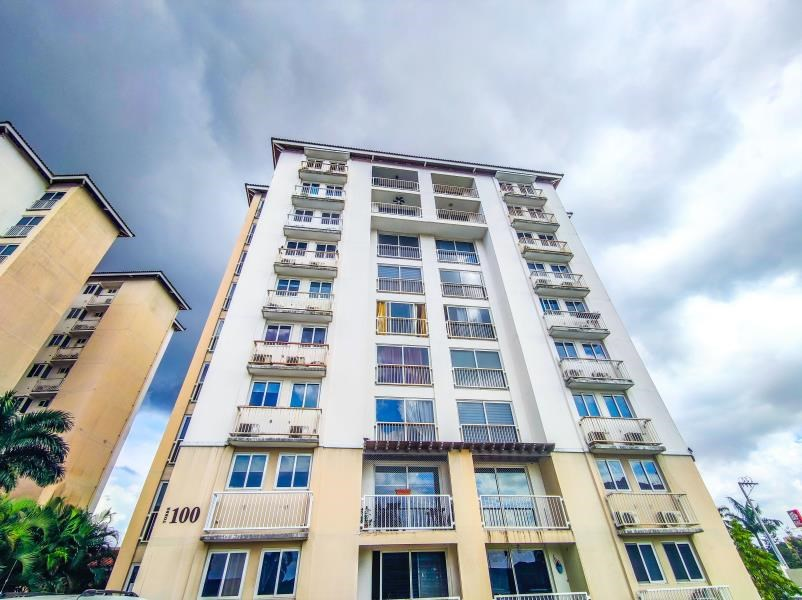 Remax real estate, Panama, Panama - Las Acacias, Lives in Versalles, PH Torres de Versalles