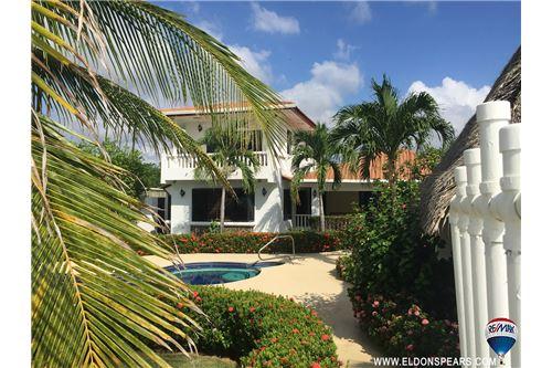 Remax real estate, Panama, Chame - Nueva Gorgona, Beach front house in Playa Malibu