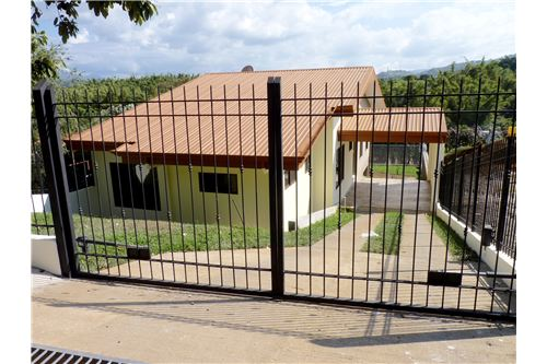 Remax real estate, Costa Rica, Atenas, Brand new home with fenced in yard!